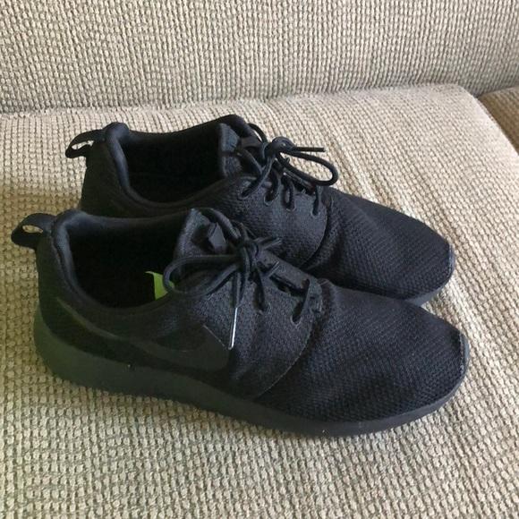Nike lightweight black sneakers